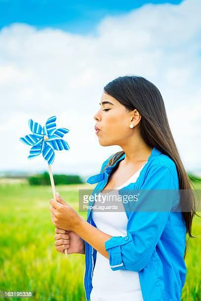 Souffler pinwheel dans un champ vert