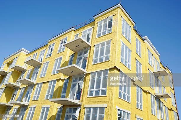 Soufflé isolation de mousse sur un nouvel immeuble d'appartements