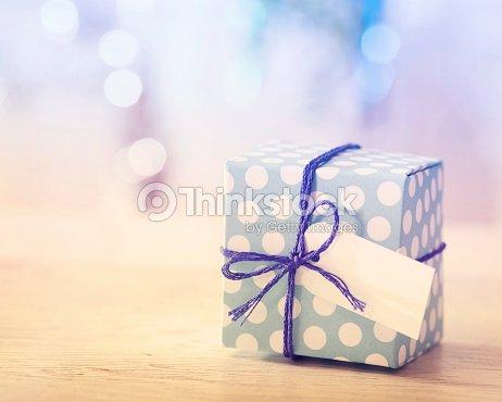 bo te cadeau blanche et bleue photo thinkstock. Black Bedroom Furniture Sets. Home Design Ideas