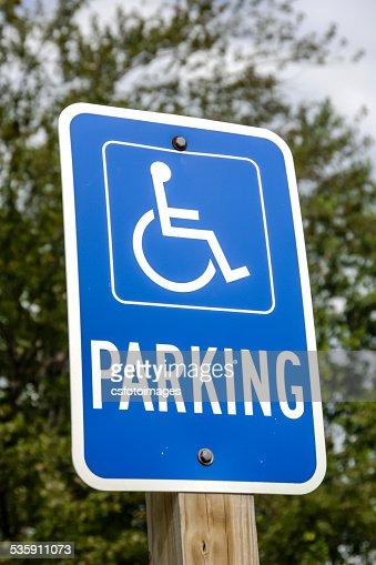 Azul y blanco cartel de estacionamiento accesibles para personas con discapacidades : Foto de stock