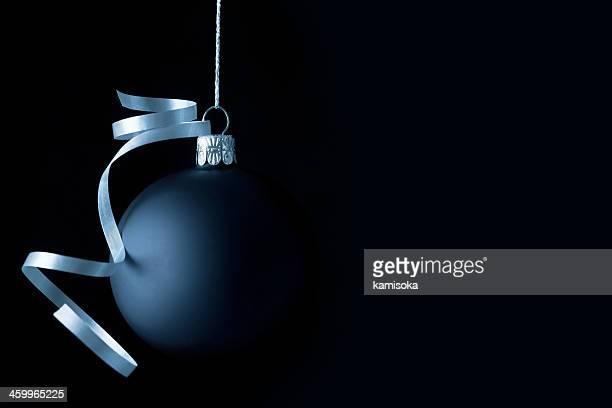 Blue Christmas Ball auf Schwarz