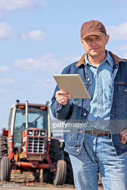 Collier bleu agriculteur avec une tablette ordinateur et Tracteur