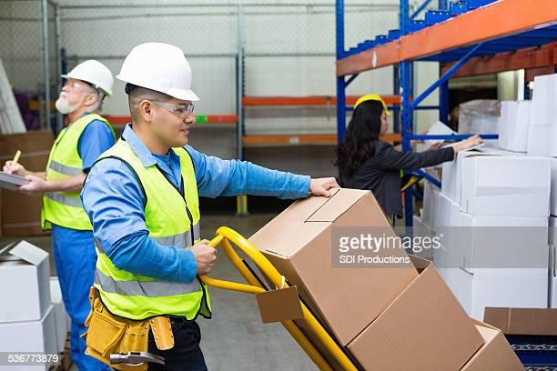 Collier bleu travailleurs boîtes dans un camion de livraison entrepôt avant