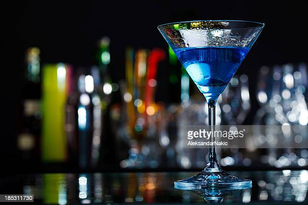 Blue curacao cocktails auf eine bar counter