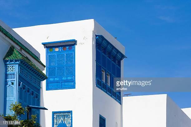 青色の装飾的なバルコニー