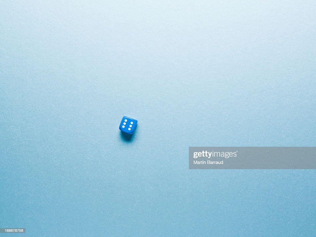 Azul dado na superfície : Foto de stock