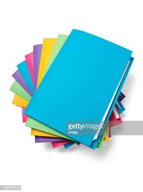 Azul archivo en la parte superior de una pila