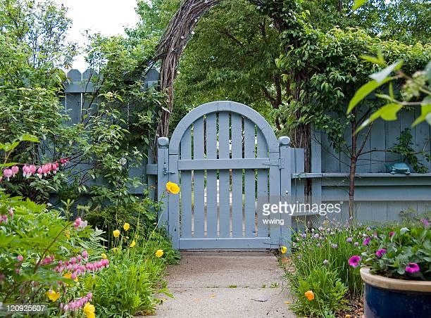 Giardino cancello blu