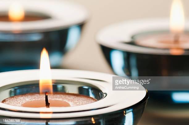 Verre bleu surdimmensionnés avec éclairage bougies au thé