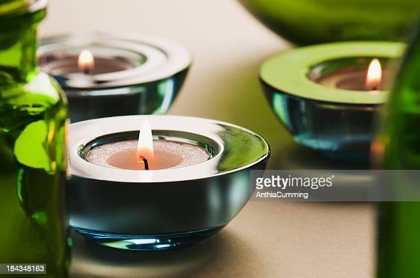 Blaues Glas Kerzenhalter mit Kerzen beleuchteten tea light