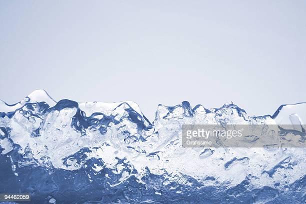 ブルーアイス山々を背景に分離