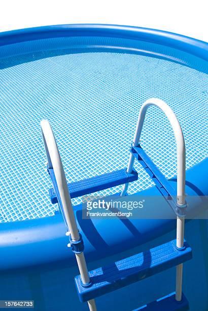 Blauen aufblasbaren pool mit Schritte