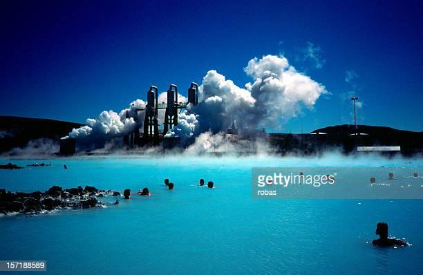Lagon bleu, les gens se baignant dans la source chaude.