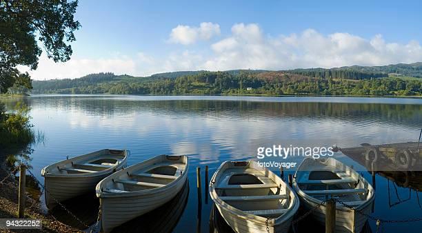 Blue lake, weiße Boote, green hills