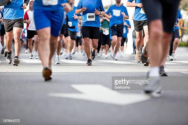 Blu linea di corridori di Maratona di città