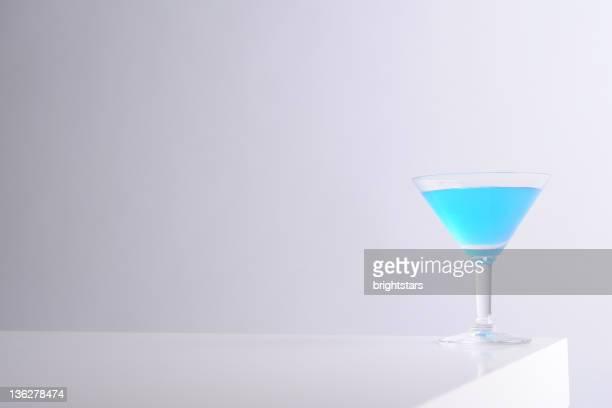Blue martini-Glas auf weiß Tisch