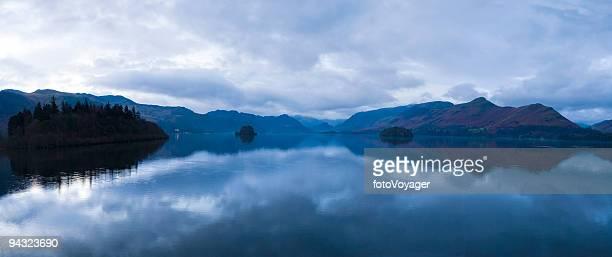 Panorama de lac de montagne bleu