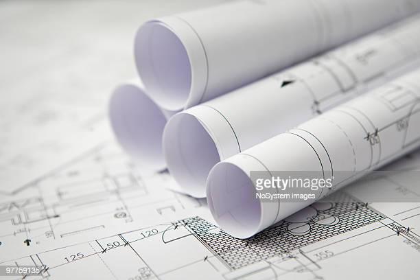 Werkzeuge roled sich auf Zeichnung Tisch
