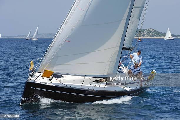 Blue Segelboot mit voller Geschwindigkeit