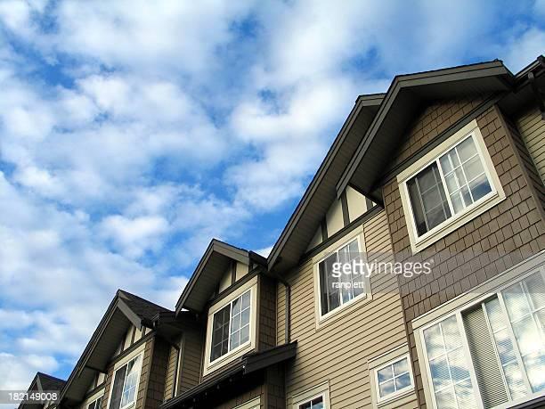 Blauer Himmel und Real Estate