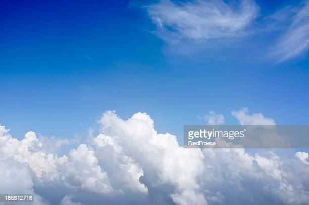 Blauer Himmel Hintergrund mit Wolken