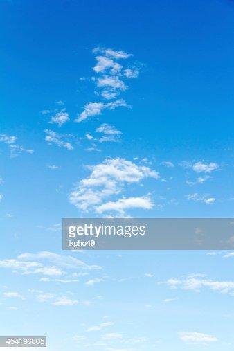 Fondo de cielo azul con nubes pequeño : Foto de stock