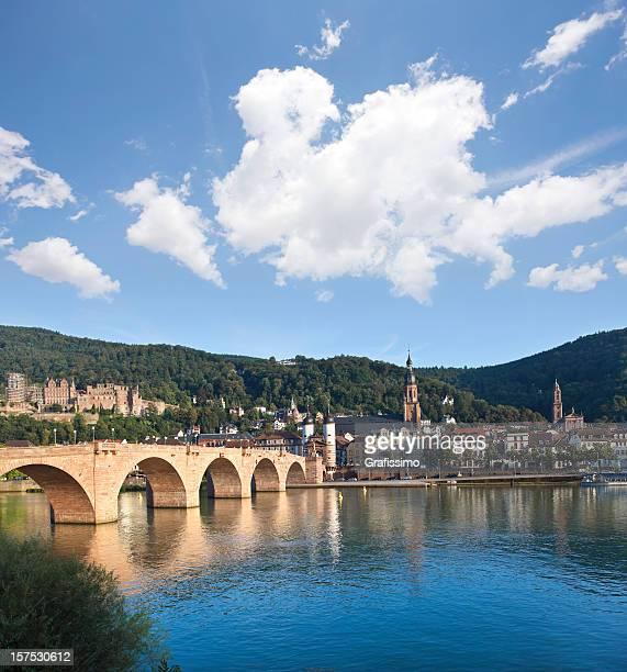 Blauer Himmel über Alte Brücke in Heidelberg, Deutschland