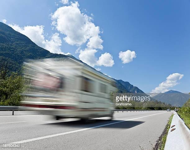 Ciel bleu sur blanc caravan conduire sur l'autoroute