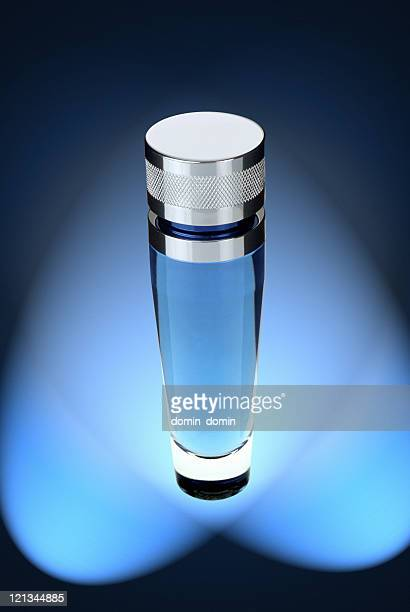 ブルートール男性用の香水ボトルとブルースポットライトの背景
