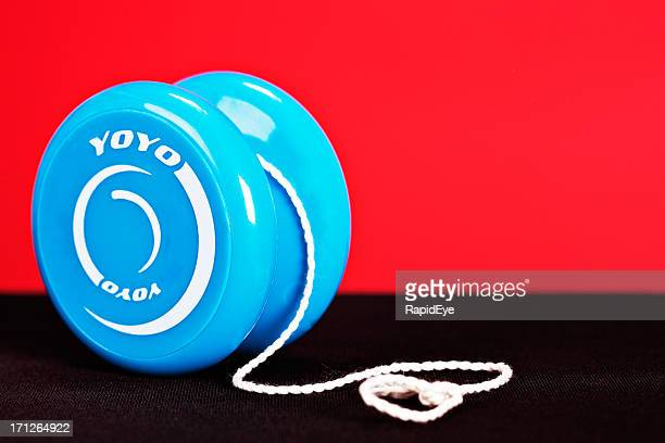 Blue yo-yo sur rouge et noir