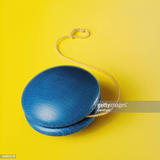 Blue yo-yo sur fond jaune