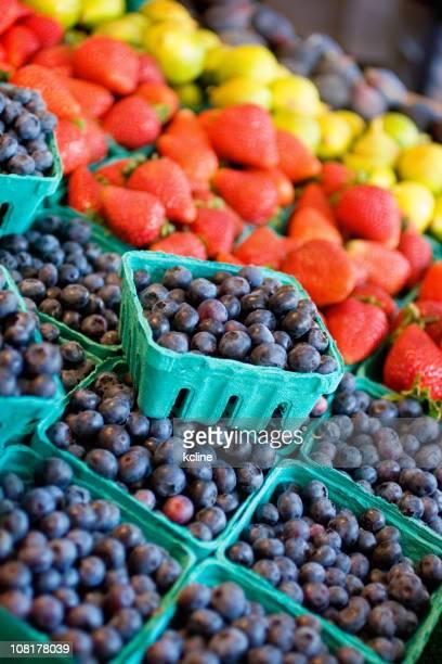 Blaubeeren und andere Früchte in farmer's market