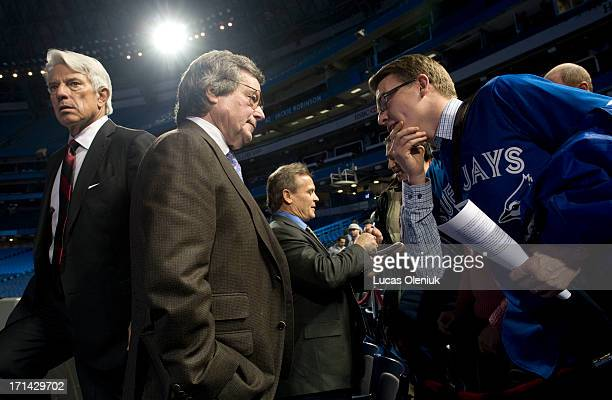BlueJay season ticket holder David Goodwin met Paul Beeston following a state of the franchise event while John Gibbons signed an autograph The chat...