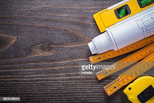 Programas construcción nivel de cinta métrica y medidor de madera en v : Foto de stock
