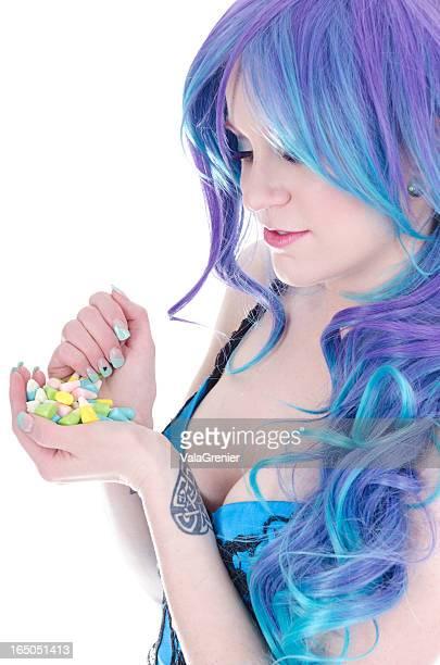 Bleu/Violet femme à poils avec des bonbons de Pâques.