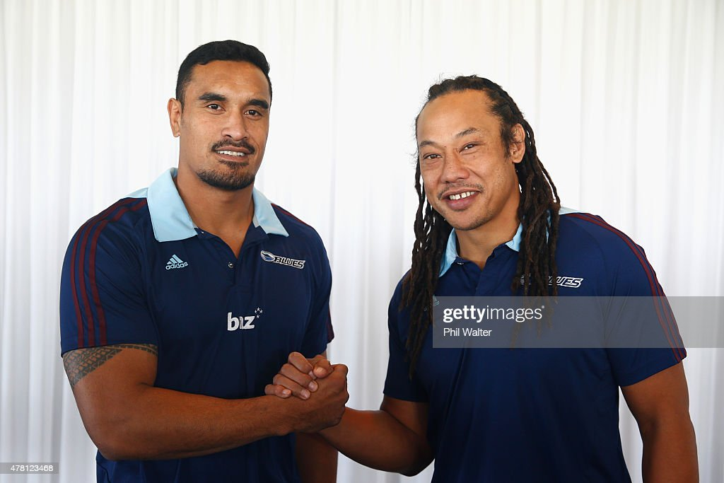 Blues captain <a gi-track='captionPersonalityLinkClicked' href=/galleries/search?phrase=Jerome+Kaino&family=editorial&specificpeople=566976 ng-click='$event.stopPropagation()'>Jerome Kaino</a> (L) welcomes <a gi-track='captionPersonalityLinkClicked' href=/galleries/search?phrase=Tana+Umaga&family=editorial&specificpeople=203218 ng-click='$event.stopPropagation()'>Tana Umaga</a> (R) as the Blues Head Coach during a Blues Super Rugby press conference at Alexandra Park on June 23, 2015 in Auckland, New Zealand.