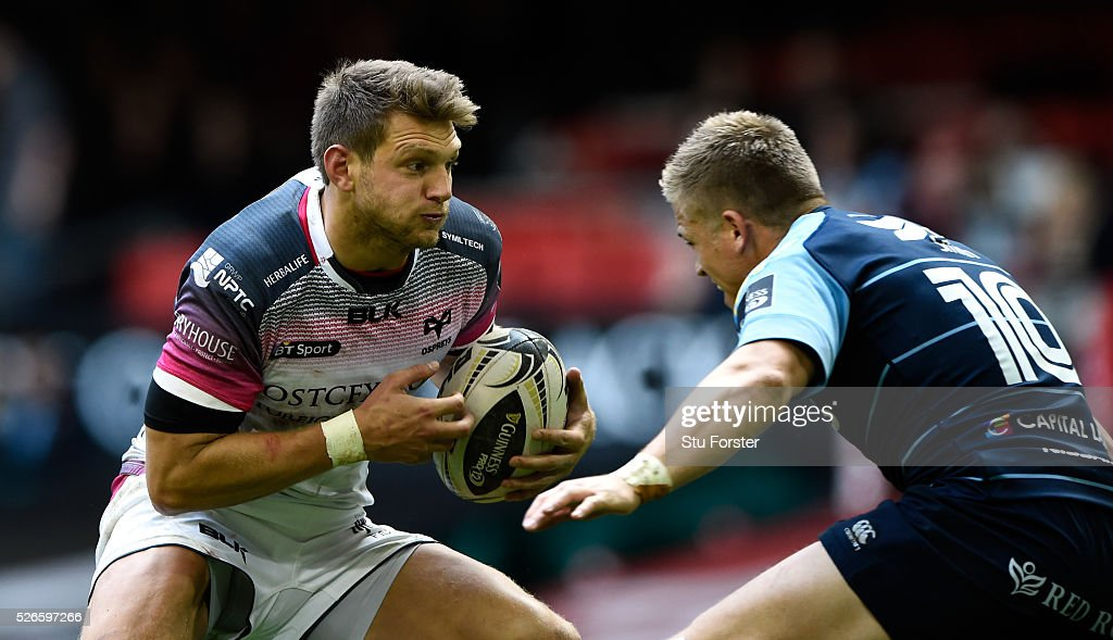 Blues fly half <a gi-track='captionPersonalityLinkClicked' href=/galleries/search?phrase=Gareth+Anscombe&family=editorial&specificpeople=7078759 ng-click='$event.stopPropagation()'>Gareth Anscombe</a> (r) attempts in vain to stop <a gi-track='captionPersonalityLinkClicked' href=/galleries/search?phrase=Dan+Biggar&family=editorial&specificpeople=5607224 ng-click='$event.stopPropagation()'>Dan Biggar</a> of the Ospreys during the Guinness Pro 12 match between Cardiff Blues and Ospreys at Principality Stadium on April 30, 2016 in Cardiff, United Kingdom.