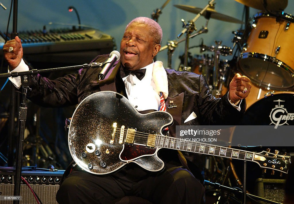 US Blues legend B.B. King performs at the 15th Carousel of Hope Ball, a charity gala for childhood diabetes, in Beverly Hills, CA, 15 October 2002. AFP PHOTO/Lucy NICHOLSON