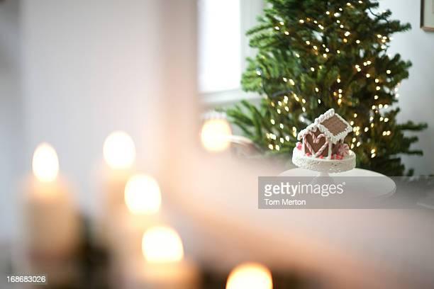 Blur Kerzen beleuchteten auf dem Kaminsims