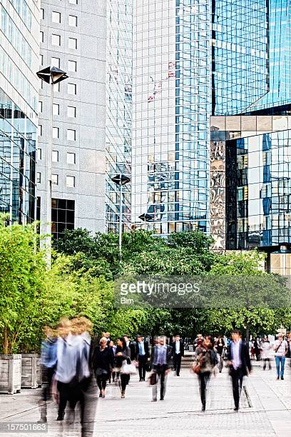 Flou gens d'affaires à pied dans le quartier des finances