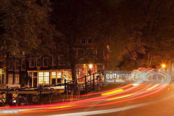 Verschwommene Auto Lichter auf Amsterdam Straße in der Nacht.