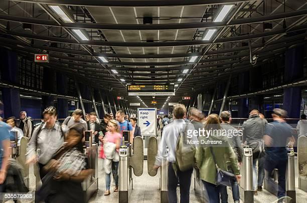 ぼやけた群衆ロンドンの鉄道駅