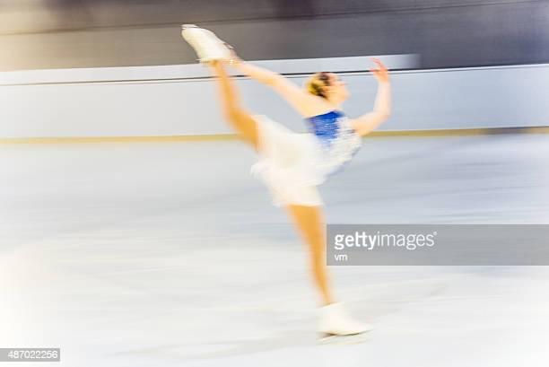 Bewegungsunschärfe Aufnahme von Abbildung weibliche skater performing