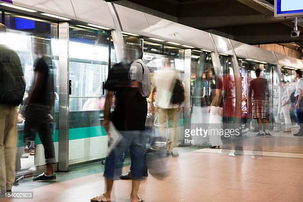 Verschwommene Menschen in der U-Bahn-Zug in Paris Rush Hour