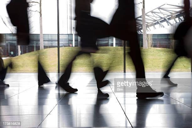 ぼやけた人々徒歩での廊下