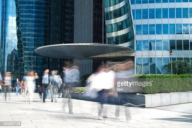 Verschwommene Leute zu Fuß in Financial District