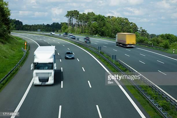 Verschwommene Lkw auf dem Highway