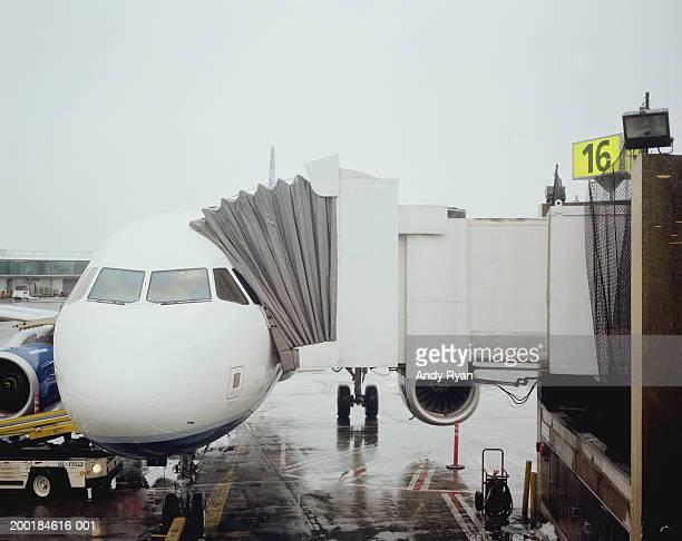 Boarding passageway connected to airplane door