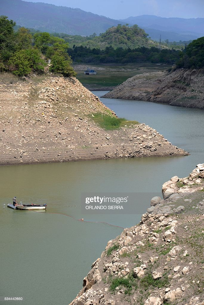 A boat in the Los Laureles reservoir, which along with the La Concepcion and El Picacho reservoirs supplies the capital Tegucigalpa and its twin city Comayaguela, seen on May 26, 2016. Due to the lengthy drought plaguing Honduras, which has been exacerbated by the El Nino climate phenomenon, the water and sewerage utility SANAA is about to declare a state of emergency in the Honduran capital. / AFP / ORLANDO