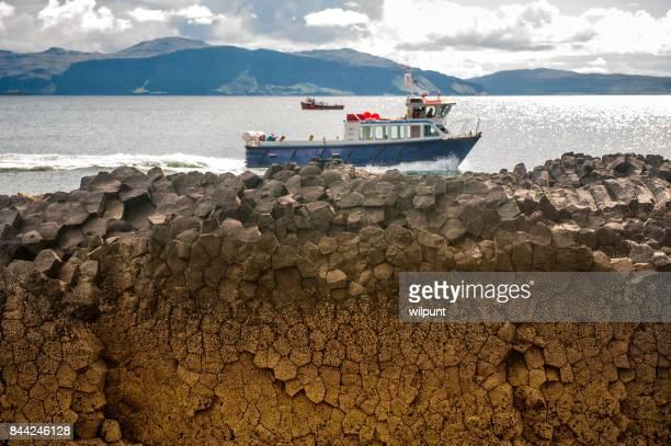 Een boot op de rotsen uit Staffa
